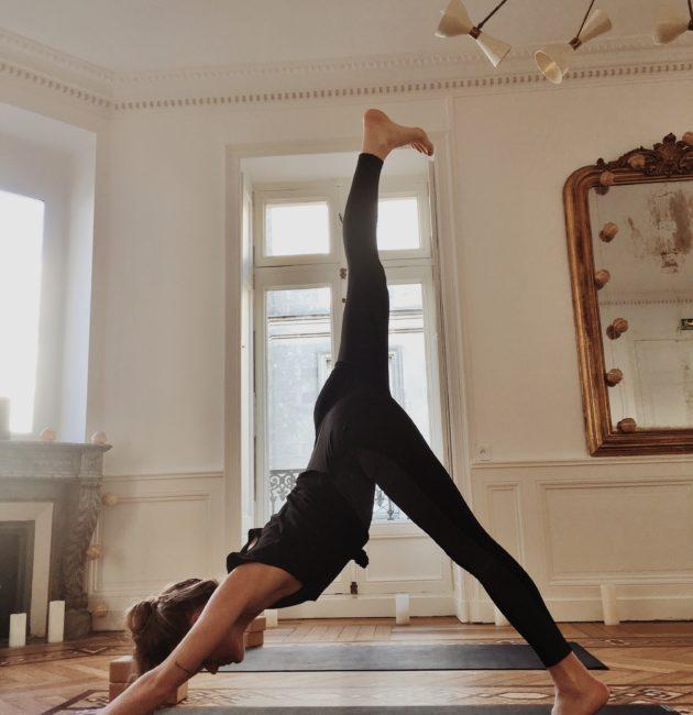 Posture de yoga chez June