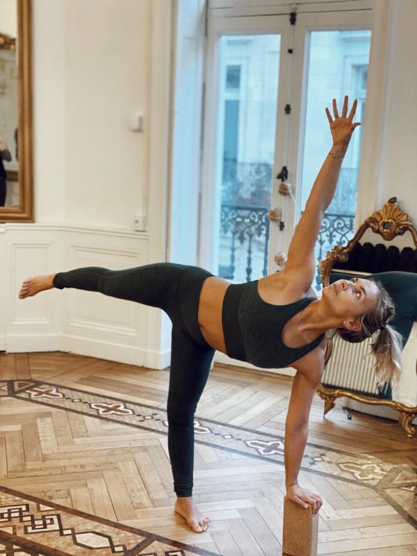 Posture de Yoga avec utilisation d'un bloc