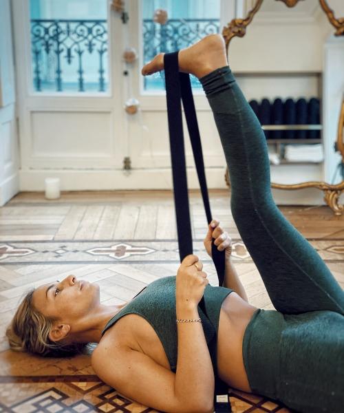 Posture de Yoga avec utilisation d'une sangle
