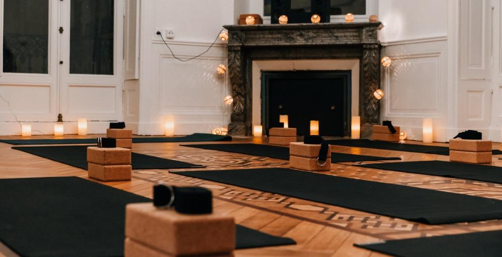 salle de yoga avec des tapis